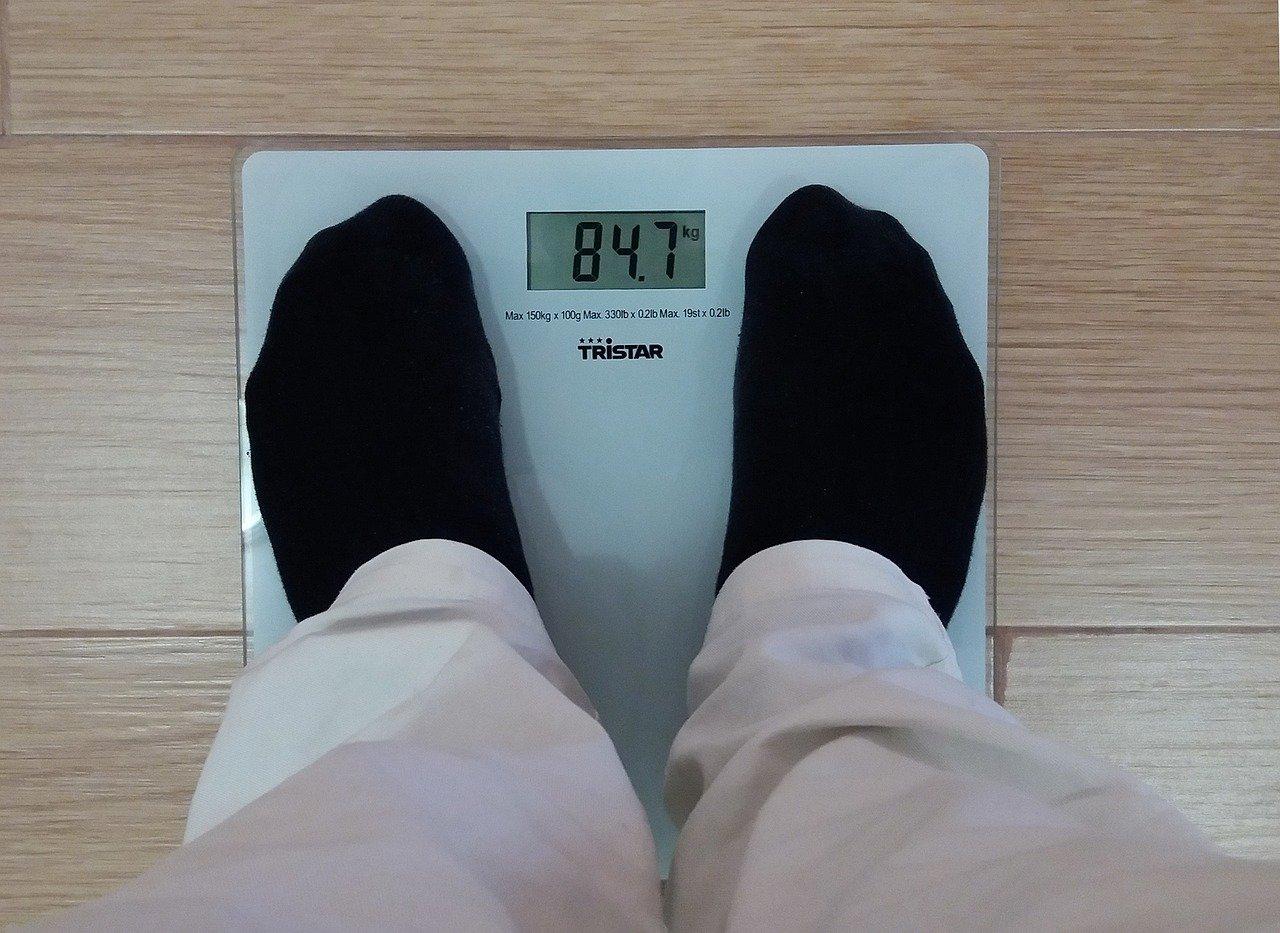 foto de dois pés em cima de uma balança