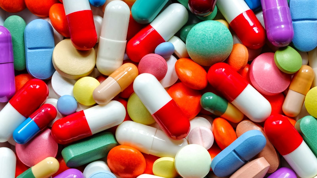 diversas capsulas coloridas uma em cima da outra