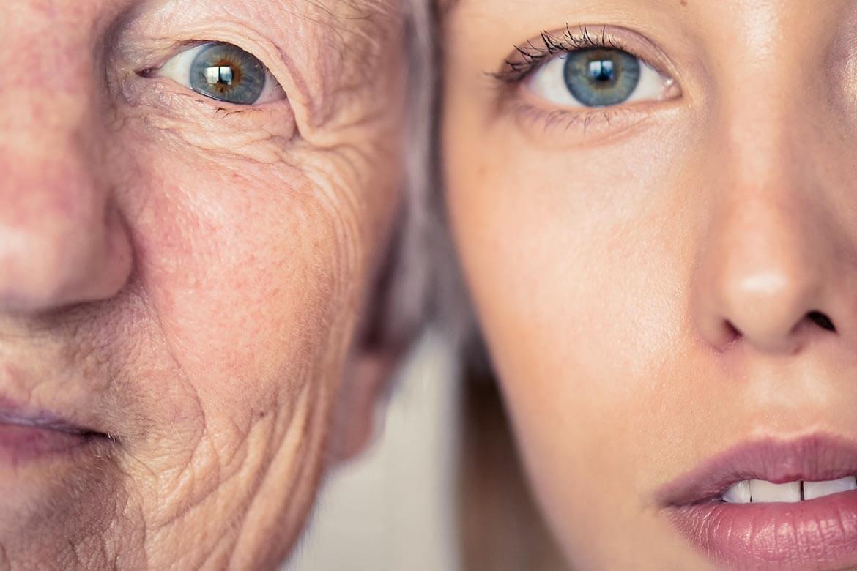 Duas mulheres com metade do rosto aparente com os olhos claros. Uma já tem mais idade e linhas de expressões e a outra mais nova com a pele lisa.
