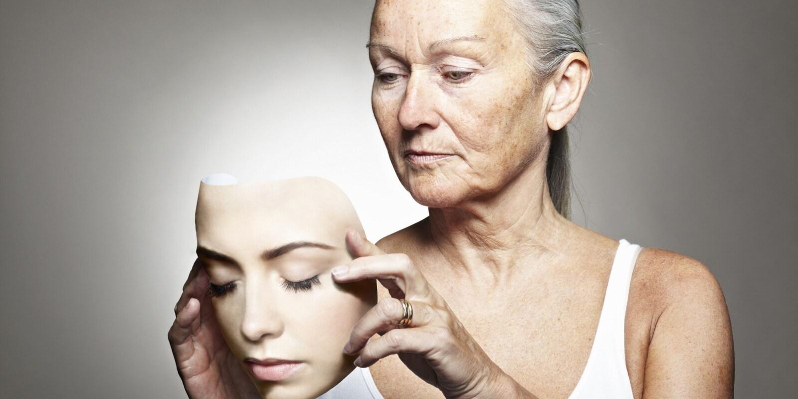 mulher mais velha segurando um rosto de uma mulher mais nova