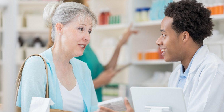 mulher e homem na farmácia da manipulação