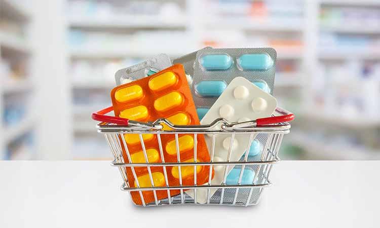 Cesto com cartelas de remédios em diversas cores
