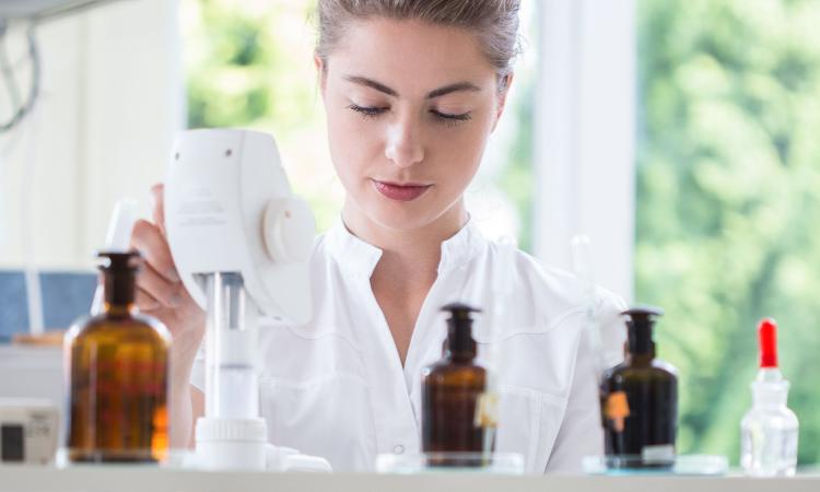 farmacêutica com vidros escuros de medicamento
