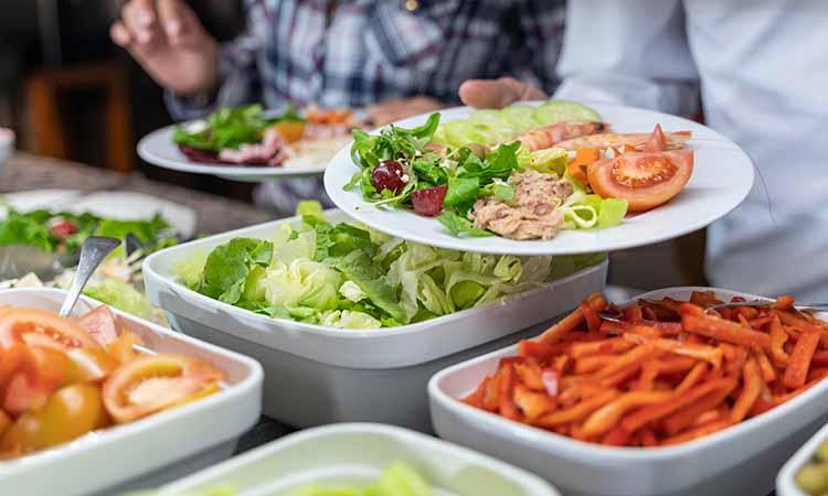 pratos de salada com tomate, salada e azeitona