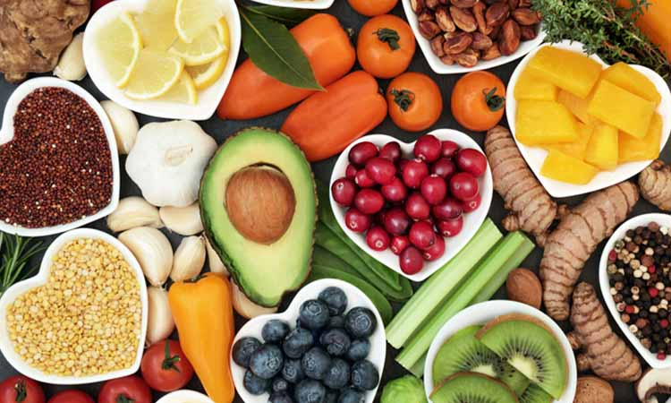 alimentos em cima de uma mesa, como, kiwi, manga, tomates, pepino, folhas verdes, limão, bluberry, alho