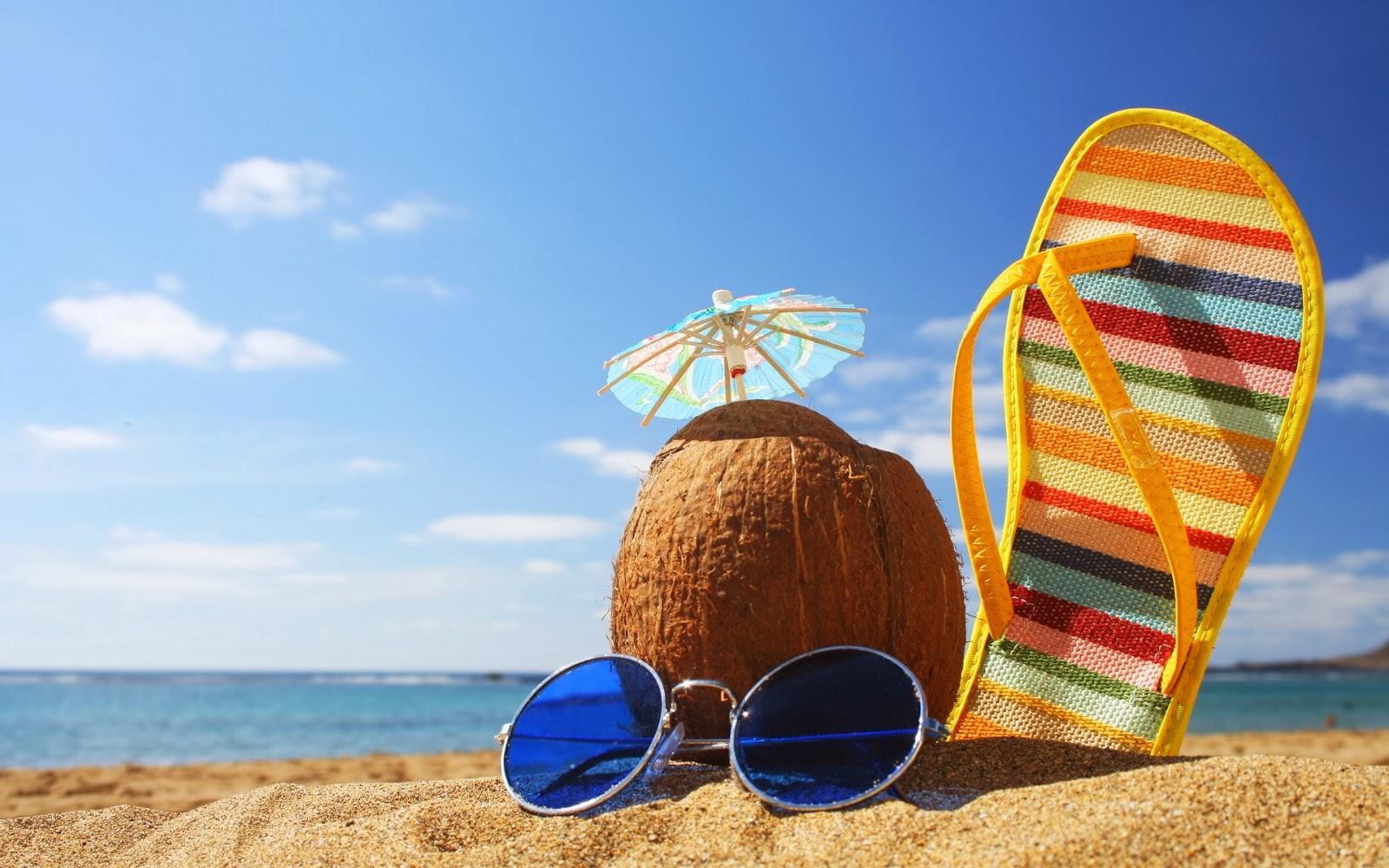 imagem de praia com um chinelo colorido, coco com guarda-chuva pequeno e óculos de sol azul