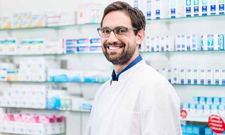 homem com jaleco branco sorrindo