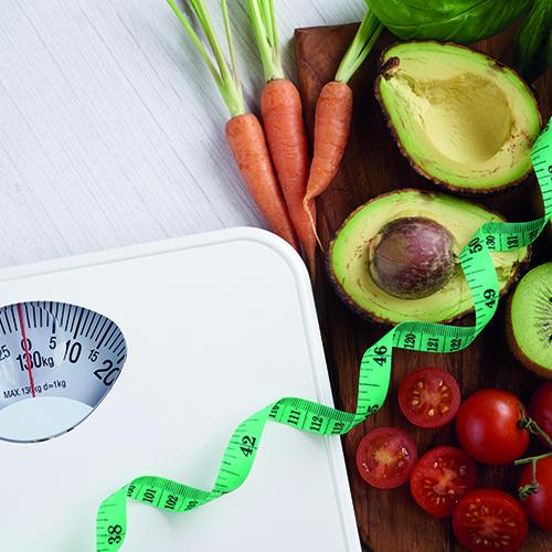 balança de alimentos, fita de medidas, abacate e tomates